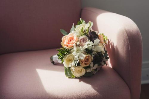 Bouquet de mariée rond en roses pastels, orchidées et plantes grasses aromatique fleuriste mariage
