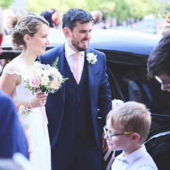 Boutonnière pastel assortie au bouquet de la mariée aromatique fleuriste mariage