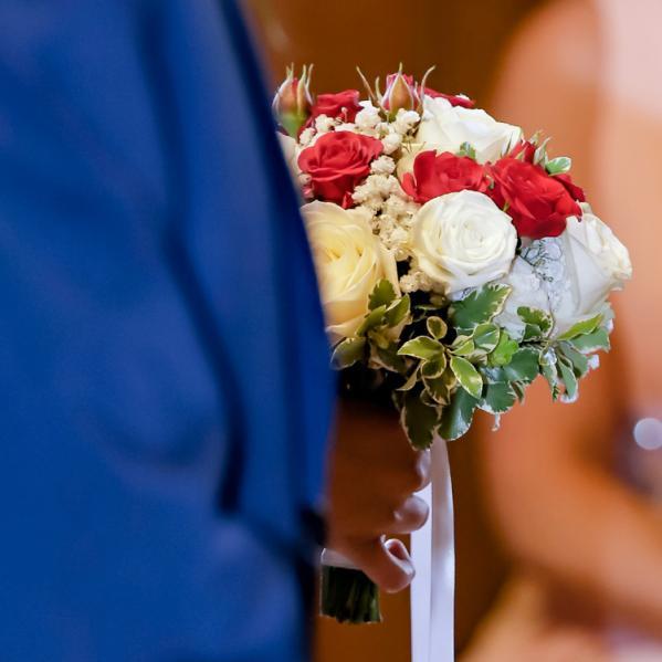 Bouquet de mariée rond en roses rouges et blanches aromatique fleuriste mariage