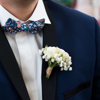 Boutonnière champêtre de fleurs blanches et jutte aromatique fleuriste mariage