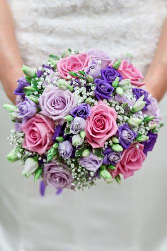 Bouquet de mariée rond dans les tons roses lilas et violets en roses et lisianthus aromatique fleuriste mariage