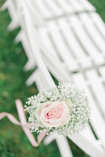 Rose rose et gypsophile sur les chaises de cérémonie aromatique fleuriste mariage