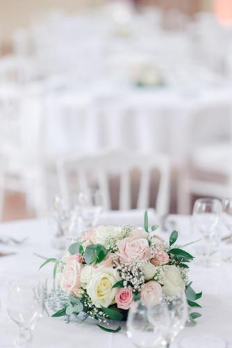 Centre de table blanc et rose tout en roses aromatique fleuriste mariage