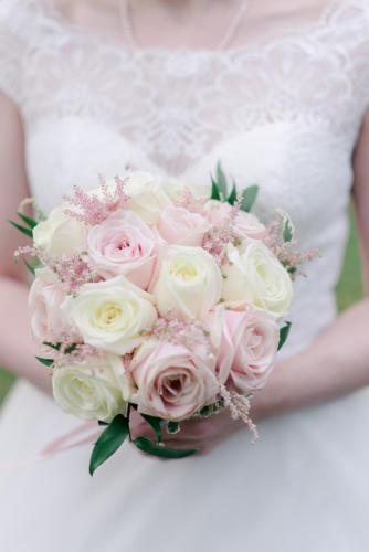 Bouquet de mariée rond de roses blanches et roses avec épis d'astilbe aromatique fleuriste mariage