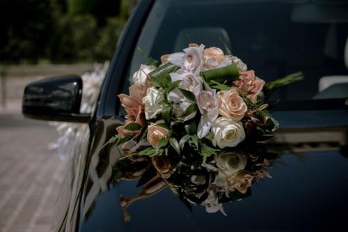 Composition ronde sur le capot de la voiture aromatique fleuriste mariage