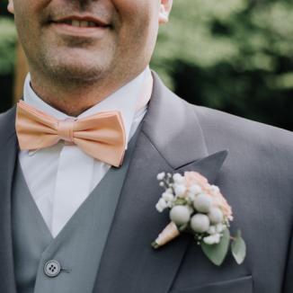 Boutonnière en petites roses pêches aromatique fleuriste mariage