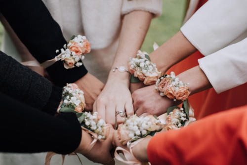 Bracelet fleuri de petites roses pêches et gypsophile aromatique fleuriste mariage