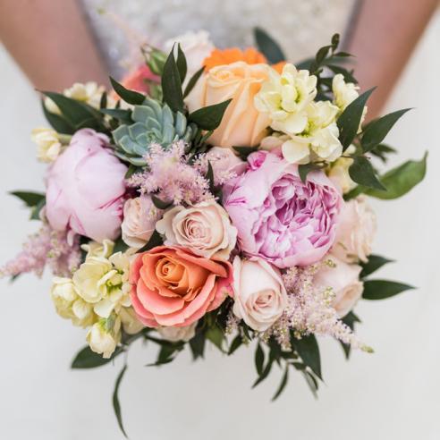 Bouquet de mariée coloré et original en fleurs de saisons aromatique fleuriste mariage
