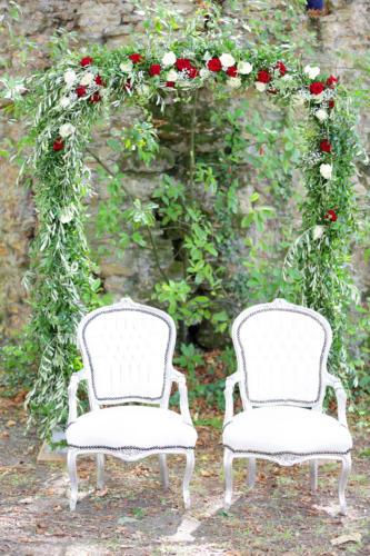 Arche en feuillages et roses aromatique fleuriste mariage