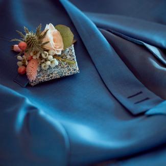 Boutonnière champêtre en fleurs pastels et chardon aromatique fleuriste mariage