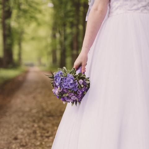 Bouquet de mariée rond en fleurs violettes et lilas  aromatique fleuriste mariage
