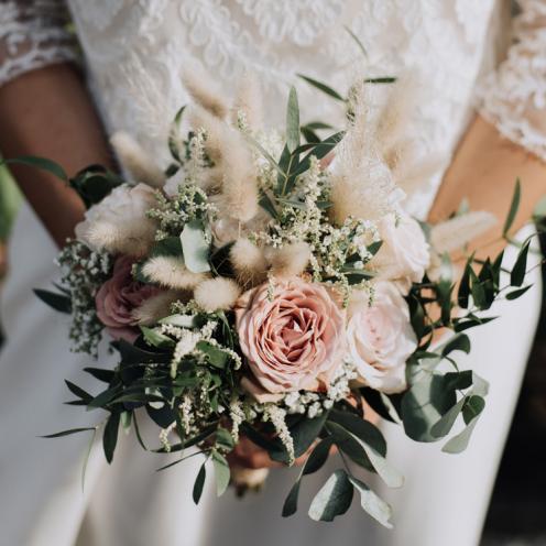 Bouquet de mariée champêtre bohème pampa graminées et roses aromatique fleuriste mariage