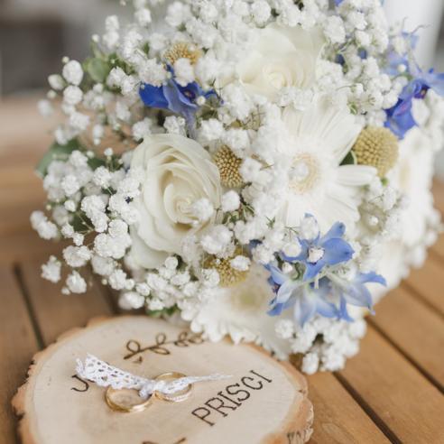 Bouquet de mariée minimaliste en gypsophile et fleurs bleues et blanches  aromatique fleuriste mariage