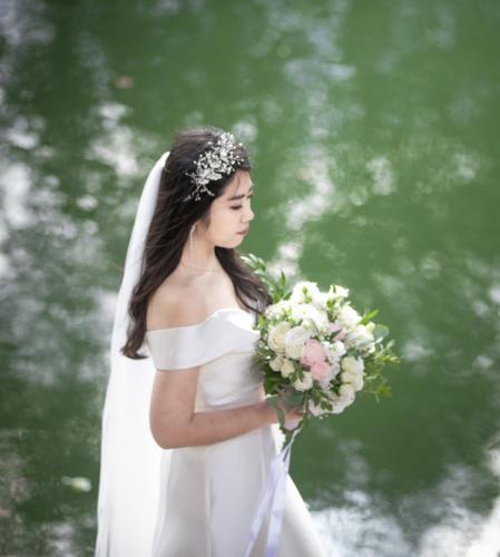 Bouquet de mariée rond déstructuré xxl en fleurs blanches et roses pâles aromatique fleuriste mariage