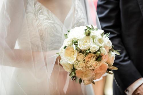 Bouquet de mariée rond en roses blanches et feuilles d'olivier  aromatique fleuriste mariage