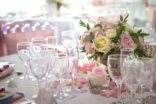 Centre de table romantique dans vase doré aromatique fleuriste mariage