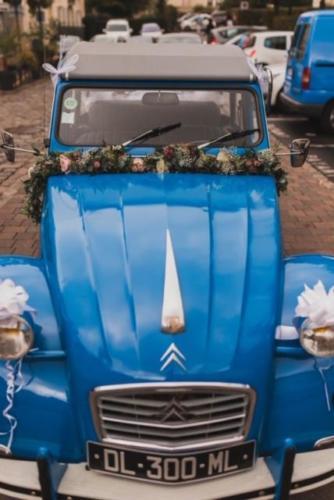 Guirlande fleurie sur le capot d'une 2CV aromatique fleuriste mariage