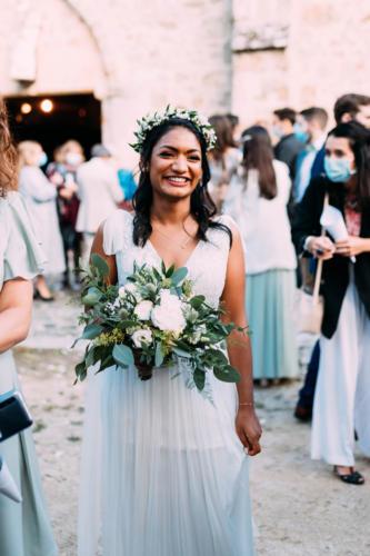 Bouquet de mariée déstructuré sauvage en fleurs blanches et eucalyptus  aromatique fleuriste mariage