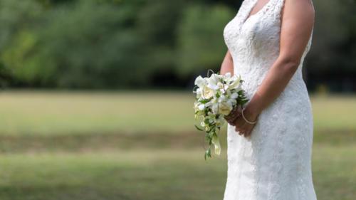 Bouquet de mariée retombant en orchidées, arums et roses aromatique fleuriste mariage