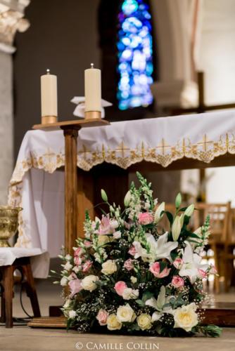 Composition florale devant l'autel aromatique fleuriste mariage