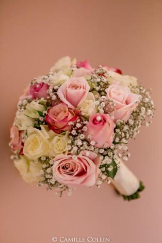 Bouquet de mariée rond en roses et gypsophile aromatique fleuriste mariage