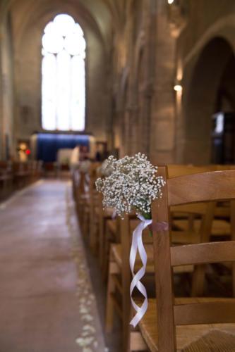 Gypsophile et ruban blanc pour les bancs d'église aromatique fleuriste mariage
