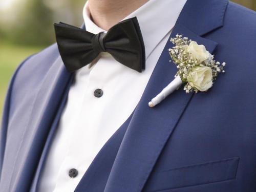 Boutonnière en petites roses blanches et gypsophile aromatique fleuriste mariage
