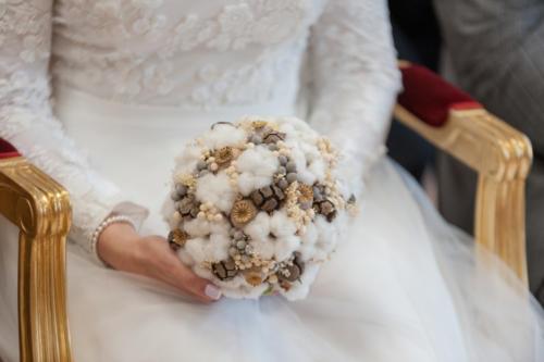 Bouquet de mariée rond hivernal en fleurs de coton fleurs séchées et baies séchées aromatique fleuriste mariage