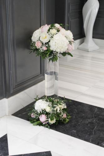 composition d'accueil avec jeu de transparence dans grand vase en verre aromatique fleuriste mariage