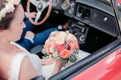 Bouquet de mariée rond dans les tons pêches et corails en roses et marguerites aromatique fleuriste mariage