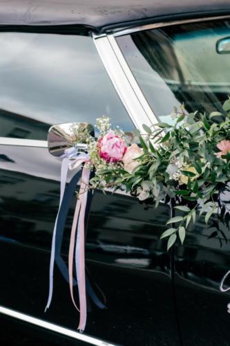 Bouquet de fleurs roses sur les rétroviseurs aromatique fleuriste mariage
