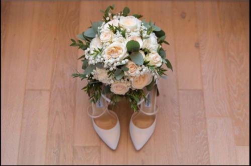 Bouquet de mariée rond en roses anciennes gypsophile et eucalyptus aromatique fleuriste mariage