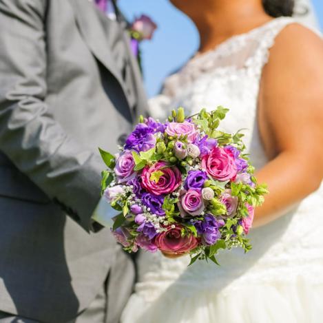 Bouquet de mariée rond dans les tons roses et violets en roses et lisianthus aromatique fleuriste mariage