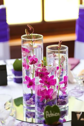Trio de vases avec orchidées fuchsia immergées aromatique fleuriste mariage