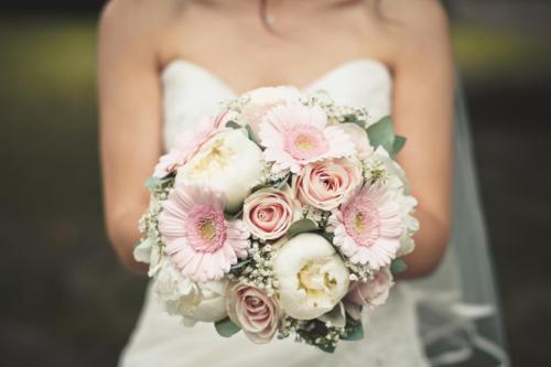 Bouquet rond pastels en pivoines, roses et marguerites aromatique fleuriste mariage