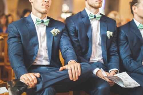 Boutonnière en gypsophile pour les garçons d'honneur aromatique fleuriste mariage