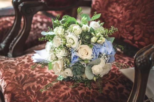 Bouquet de mariée rond champêtre en fleurs blanches et bleues aromatique fleuriste mariage