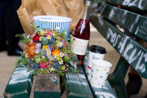 Bouquet de mariée champêtre décalé et original en fleurs de saison multicolore aromatique fleuriste mariage