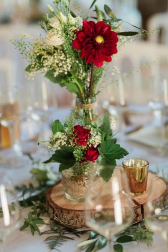 Rondin et bocaux fleuris dans les tons rouges aromatique fleuriste mariage