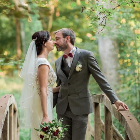 Boutonnière champêtre coordonnée au costume du marié aromatique fleuriste mariage