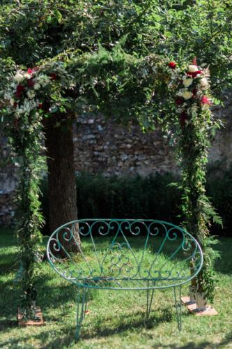 Arche en feuillages et fleurs champêtres aromatique fleuriste mariage