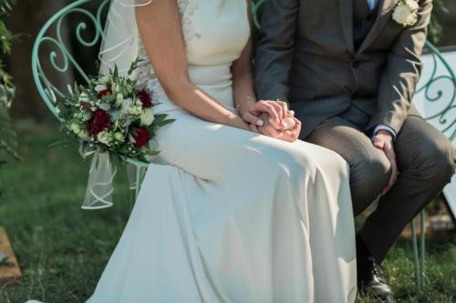 Bouquet de mariée champêtre en dahlias bordeaux et fleurs blanches estivales aromatique fleuriste mariage