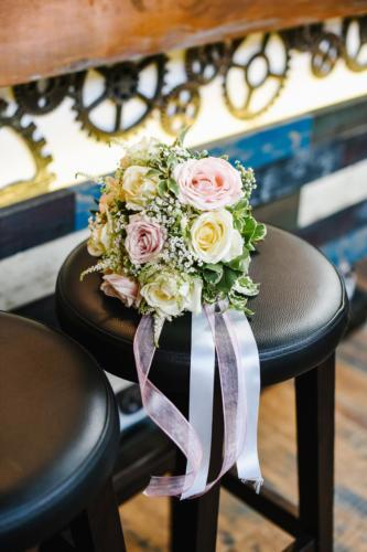 Bouquet de mariée rond en roses blanches et roses pâles aromatique fleuriste mariage