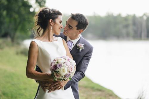 Bouquet de mariée rond en pivoines et roses pastels aromatique fleuriste mariage