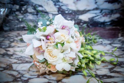 Bouquet de mariée rond en orchidées et roses  aromatique fleuriste mariage